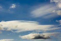 Piękny biel chmurnieje na błękitnym jesieni nieba zbliżeniu Obraz Stock