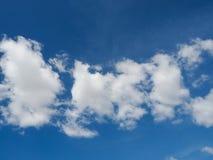 Piękny biel chmurnieje z niebieskim niebem obrazy stock