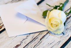 piękny biel róży i list miłości valentine ` s kopertowy dzień Zdjęcie Royalty Free