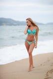 Piękny bikini model z długim blondynem pozuje na dennej plaży Wietnam Zdjęcia Stock