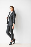 piękny biznes folująca długości portreta kobieta Zdjęcie Royalty Free