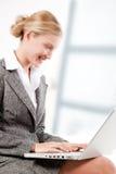 piękny biznes jej laptopu kobiety działanie Fotografia Royalty Free