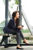 Piękny biznesowy damy czekanie przy autobusową przerwą Obrazy Stock