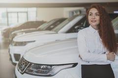 Piękny bizneswoman kupuje nowego samochód zdjęcie royalty free