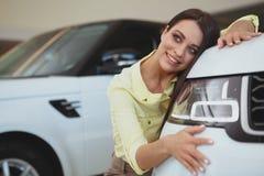 Piękny bizneswoman kupuje nowego samochód fotografia stock
