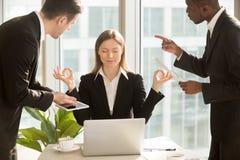 Piękny bizneswoman medytuje przy miejscem pracy, ignoruje pracę a Fotografia Royalty Free