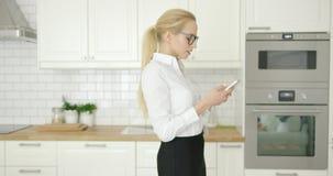 Piękny bizneswoman używa telefon zbiory wideo