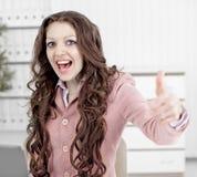 Piękny bizneswoman w biurze pokazuje aprobaty obraz royalty free