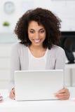 Piękny bizneswoman z zadowolonym uśmiechem Zdjęcia Royalty Free