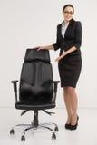 Piękny bizneswoman zaprasza stosować dla pustej pozyci. Fotografia Stock