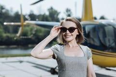 Piękny bizneswomanu czekanie dla pilota przy lądowiskiem Obraz Royalty Free