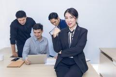 Piękny bizneswomanu kierownika spotkanie z pracą zespołową przy biurem fotografia stock