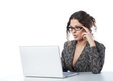 piękny bizneswomanu wiadomości czytanie obrazy stock