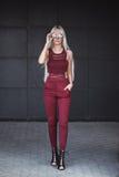 Piękny blondynka model w pozować outdoors Fotografia Stock