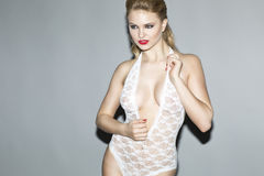 Piękny blondynka model w studiu jest ubranym białą ciało pończochę zdjęcie royalty free