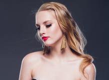 Piękny blondynka włosy kobiety klasyka styl z czerwonymi wargami i rokiem fotografia stock