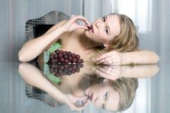 piękny blondynki łasowania winogrono fotografia royalty free