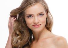Piękny blondynki dziewczyny portret, kobiety twarz z perfect kędzierzawymi brzęczeniami Zdjęcia Royalty Free