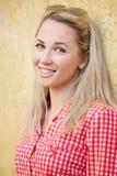 Piękny blondynki dziewczyny portret na ulicie Zdjęcia Royalty Free