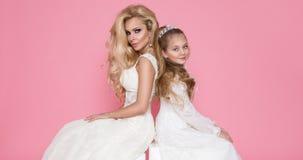 Piękny blondynki kobiety model, matka z blondynki córką w sukniach Fotografia Stock