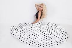 Piękny blondynki kobiety model w polek kropek ślubnej sukni Fotografia Stock