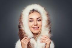 Piękny blondynki kobiety mody model z Makeup ono Uśmiecha się Zdjęcie Royalty Free