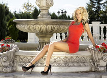 Piękny blondynki kobiety pozować. Zdjęcie Stock