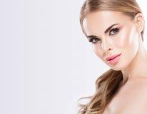 Piękny blondynki kobiety twarzy zakończenie w górę portreta studia na bielu Zdjęcie Royalty Free