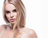 Piękny blondynki kobiety twarzy zakończenie w górę portreta studia na bielu Zdjęcia Stock