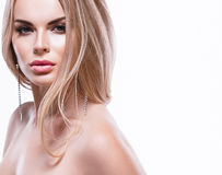 Piękny blondynki kobiety twarzy zakończenie w górę portreta studia na bielu Zdjęcie Stock