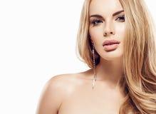 Piękny blondynki kobiety twarzy zakończenie w górę portreta studia na bielu Fotografia Royalty Free