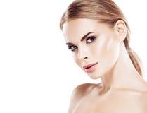 Piękny blondynki kobiety twarzy zakończenie w górę portreta studia na bielu Obrazy Royalty Free