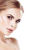 Piękny blondynki kobiety twarzy zakończenie w górę portreta studia na bielu Obrazy Stock