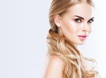 Piękny blondynki kobiety twarzy zakończenie w górę portreta studia na bielu Obraz Stock