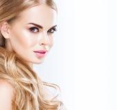 Piękny blondynki kobiety twarzy zakończenie w górę portreta studia na bielu Obraz Royalty Free