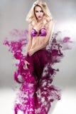 Piękny blondynki mody model z suknią w dymu Zdjęcia Royalty Free