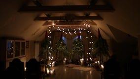 Piękny boże narodzenie zimy ślubu łuk przy zaręczynowym wystroju wnętrzem z świeczkami, brzoz belami, żarówek girlandami i jodłą, zbiory