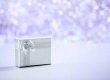 Piękny Bożenarodzeniowy prezent na błyskotliwości tle z kopii przestrzenią Wesoło boże narodzenia i Szczęśliwy nowy rok Zdjęcie Stock