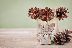 Piękny bożych narodzeń i nowego roku wystrój, konusuje girlandę w szklanym słoju na drewnianym rocznika tle i zaświeca fotografia royalty free