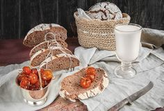 Piękny bochenek chleb od białej banatki na talerzu na bieliźnianej krawędzi Domowej roboty ciasto z domowej roboty Jabłczany marm Fotografia Stock