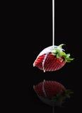 Piękny boczny widok płynie smakowita truskawka w dojny strumień Fotografia Royalty Free
