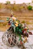 Piękny bridal bukiet na drewnianym stojaku outdoors Ślubna florystyczna dekoracja Zdjęcia Royalty Free