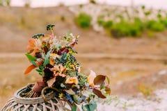 Piękny bridal bukiet na drewnianym stojaku outdoors Ślubna florystyczna dekoracja Obraz Royalty Free