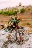 Piękny bridal bukiet na drewnianym stojaku outdoors Ślubna florystyczna dekoracja Zdjęcie Stock