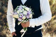 Piękny bridal bukiet w rękach fornal Ślubny bukiet białe róże, hypericum, lisianthus, chryzantema, eustoma Fotografia Royalty Free