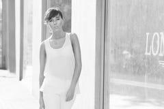 Piękny brunetka modela odprowadzenie na ulicie. beżowa bluzka. biały fotografia stock