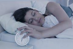 Piękny brunetki dosypianie w jej łóżku Zdjęcie Royalty Free