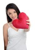 Piękny brunetki dziewczyny mienie wewnątrz stać na czele czerwonego serce. Szczęśliwa kobieta, walentynki. Obrazy Royalty Free