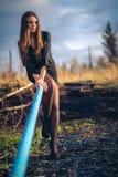 Piękny brunetki dziewczyny obsiadanie na schodkach Jesień Sztuki fotografia zdjęcia royalty free