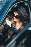 piękny brunetki obsiadanie w samochodzie zdjęcia stock
